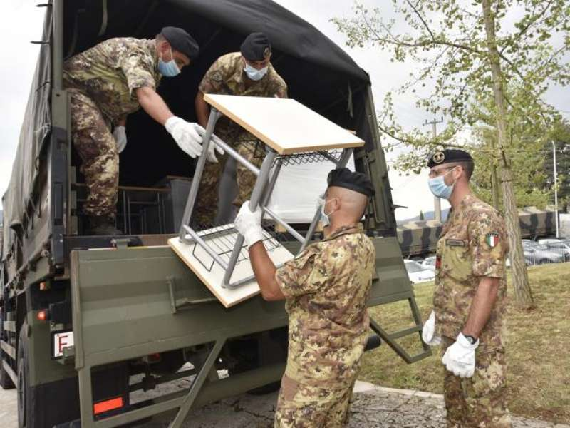 l'esercito consegna i banchi a codogno alzano e nembro