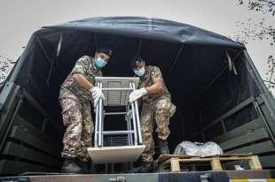 l'esercito consegna i banchi a codogno alzano e nembro1