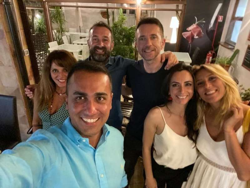 LUIGI DI MAIO SI ASSEMBRA SENZA MASCHERINA CON ANDREA SCANZI AND FRIENDS