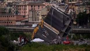 ruspe al lavoro per spezzare i blocchi del ponte morandi