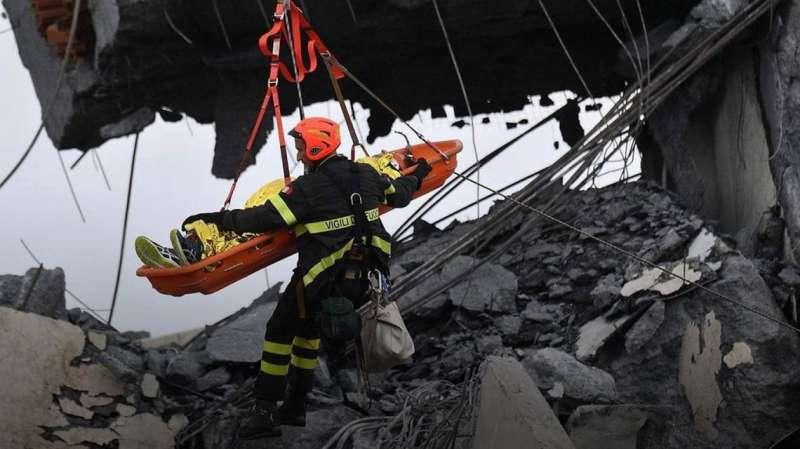soccorsi dopo il crollo del ponte morandi