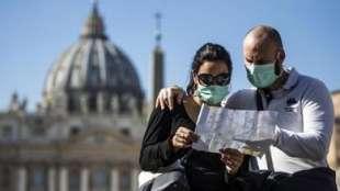 turisti a roma con la mascherina