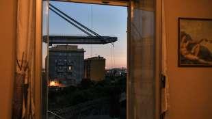 una veduta del moncone del ponte morandi da una finestra di via fillak