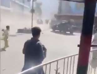 AFGHANISTAN - LANCIO DI SCARPE E SASSI CONTRO L ESERCITO