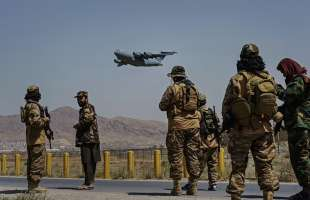 i talebani festeggiano la fuga dei soldati americani.