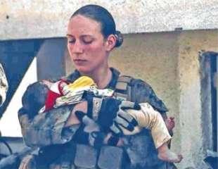 nicole gee con il bimbo afghano in braccio