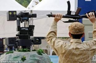 robot sentinella che rivela armi