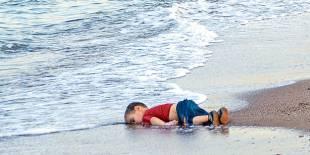 aylan kurdi sulla spiaggia di