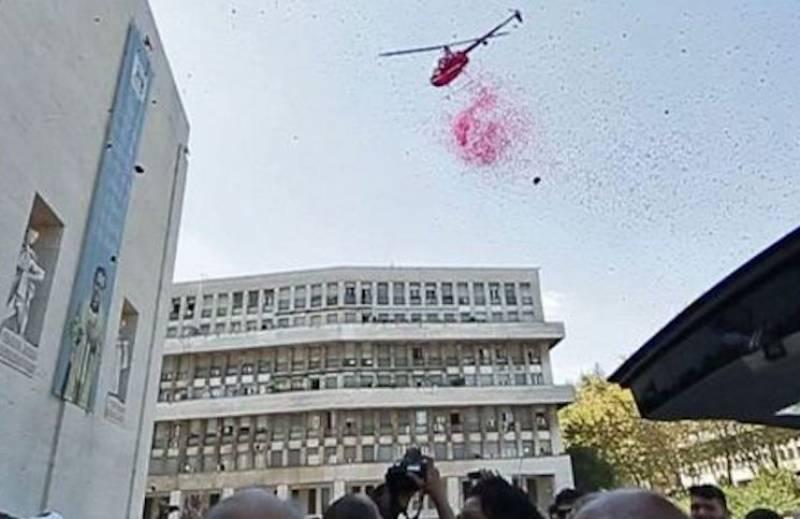 Elicottero Rosa : Elicottero petali rosa funerale casamonica dago