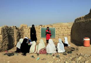 ragazze afgane studiano tra le rovine a jalalabad in afghanistan