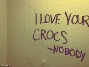 amo le tue crocs firmato nessuno