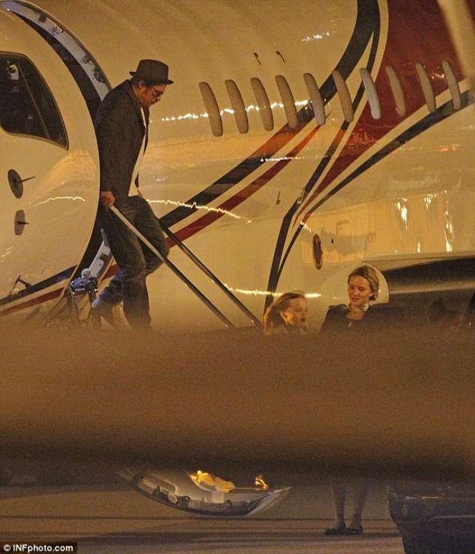 Aereo Privato Immagini : Brad pitt scende dall aereo privato dago fotogallery