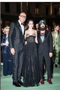 dakota johnson alessandro michele e marco bizzarri green carpet fashion award