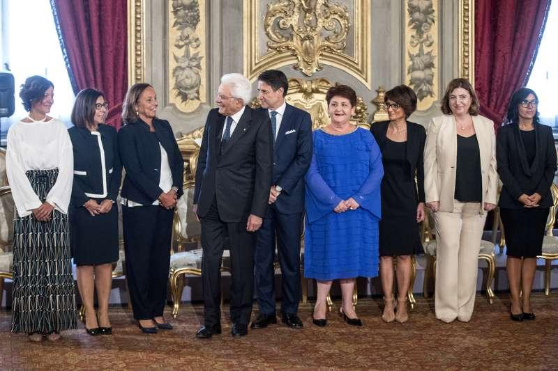 sergio mattarella e giuseppe conte con le ministre donne del governo