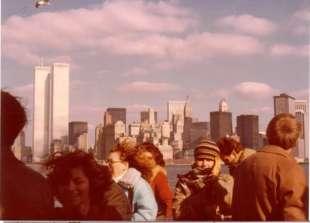 1977, foto vintage Carla Vistarini a New York con le torri gemelle sullo sfondo