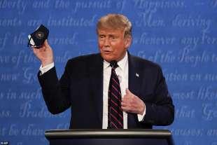 donald trump con la mascherina in mano al dibattito contro biden