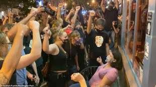 manifestanti black lives matter assaltano un ristorante a pittsburgh