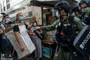 polizia con il manganello facile a hong kong 3