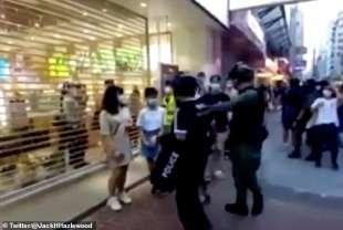 ragazzina di 12 anni arrestata dalla polizia a hong kong