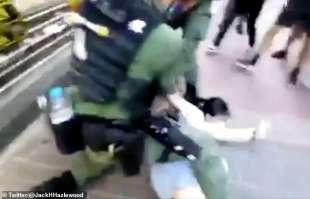 ragazzina di 12 anni arrestata dalla polizia a hong kong 2
