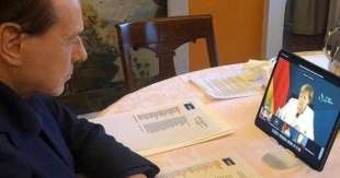 silvio berlusconi ascolta la merkel in videoconferenza con il ppe