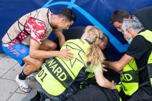 cristiano ronaldo colpisce una steward con una pallonata 10