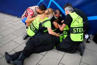 cristiano ronaldo colpisce una steward con una pallonata 12