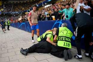 cristiano ronaldo colpisce una steward con una pallonata 4