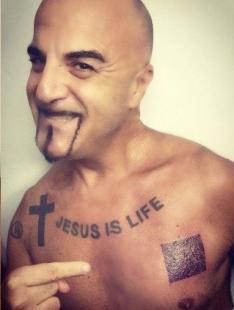 dj aniceto con il green pass tatuato sul petto