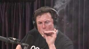 Elon Musk fuma