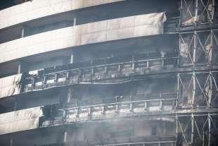 i danni del rogo al palazzo di via antonini a milano 14
