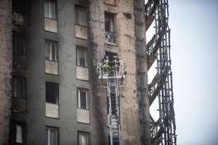 i danni del rogo al palazzo di via antonini a milano 9