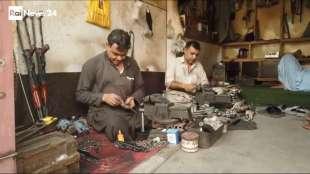 il supermercato mondiale di armi illegali al confine afgano 11