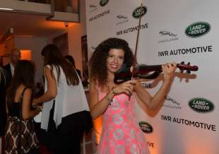 laura zaottini suona il violino elettrico foto di bacco
