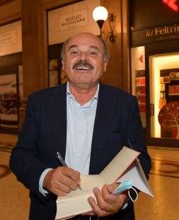 oscar farinetti firma la copia del libro foto di bacco