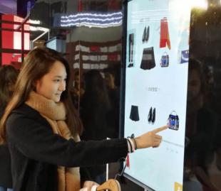 shopping con qr code e touch screen 3