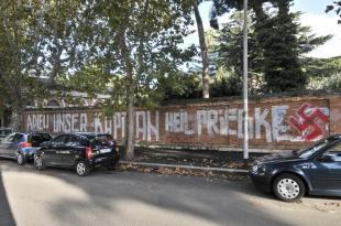 scritta in onore di priebke a roma piazza carlo forlanini