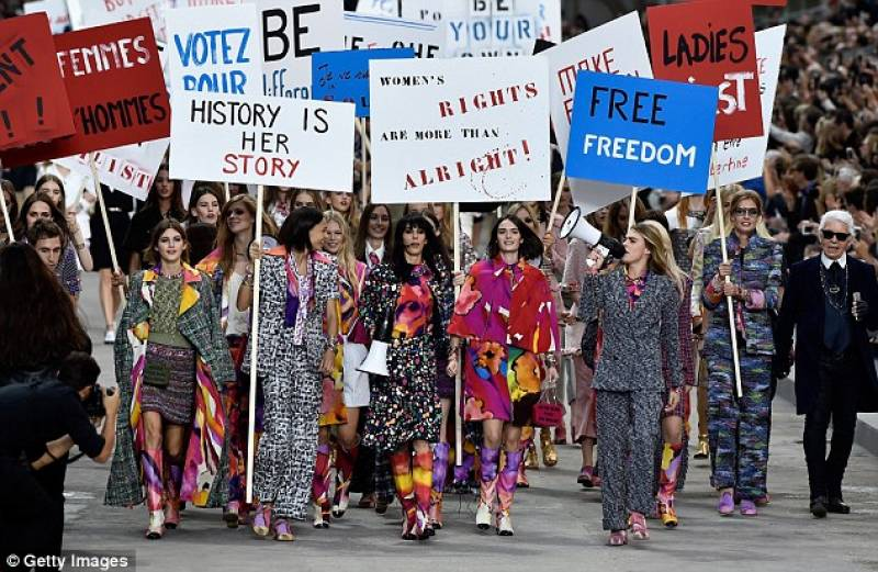 Chanel sfilata con femministe parigi fashion Good style fashion show cleveland 2014