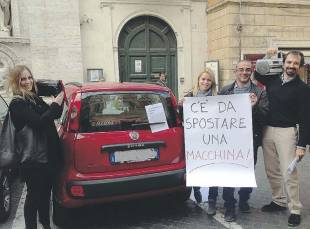 CITTADINI PROTESTANO PER LA PANDA DI MARINO
