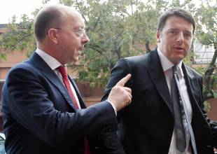 Matteo Renzi (D), accolto dal vicedirettore Informazione Mediaset, Andrea Delogu, al suo arrivo negli studi Mediaset