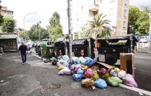 cassonetti ricolmi di rifiuti a roma 28
