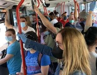 assembramenti sugli autobus a roma