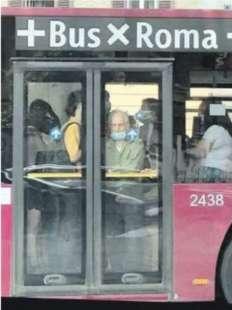 assembramenti sugli autobus a roma 4