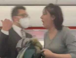 donna si rifiuta di indossare la mascherina in aereo 4