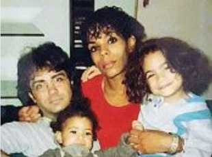 elodie da piccola (a destra) con la famiglia