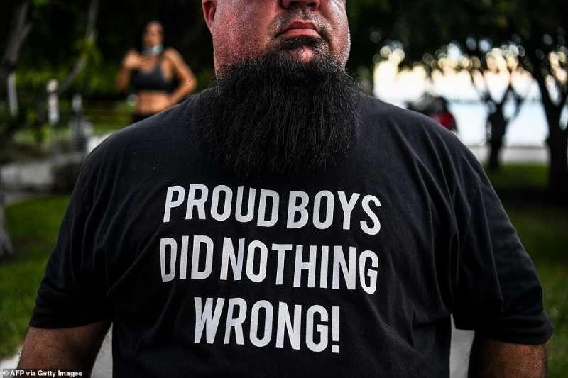 fan di trump con maglietta solidale verso i proud boys