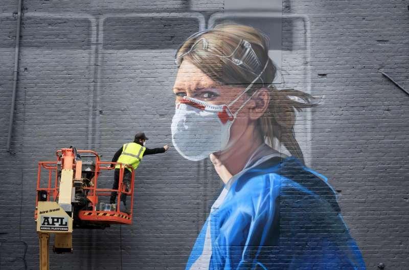 murales raffigurante un'infermiera creato dall'artista Peter Barber a Londra