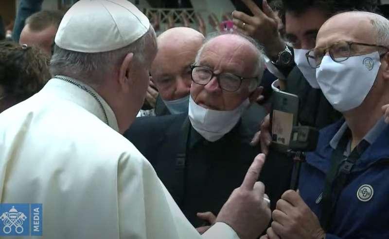 papa francesco in udienza senza mascherina 3
