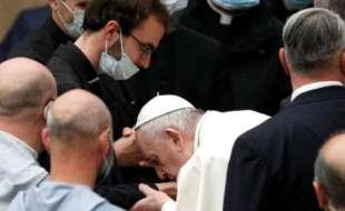 papa francesco in udienza senza mascherina 4