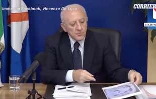 VINCENZO DE LUCA MOSTRA LA TAC DI UN 37ENNE MALATO DI COVID
